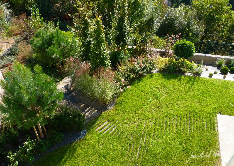 Jardin avec chemin discret dans la pelouse